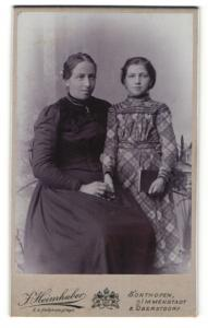 Fotografie J. Heimhuber, Sonthofen, Frau in Kleid mit Mädchen in kariertem Kleid