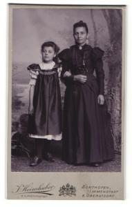 Fotografie J. Heimhuber, Sonthofen, Frau untergehakt mit Mädchen in glänzendem Kleid