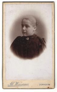 Fotografie Alb. Weinsauer, Dornbirn, Mädchen mit Brosche an Kleid