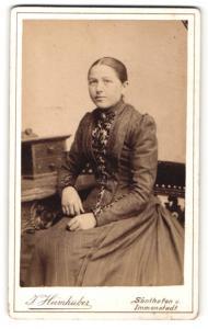 Fotografie J. Heimhuber, Sonthofen, Dame in Kleid mit Nadelstreifen und Spitze