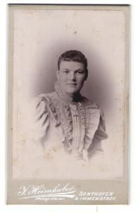 Fotografie J. Heimhuber, Sonthofen, Frau in kariertem Kleid mit Kreuzkette