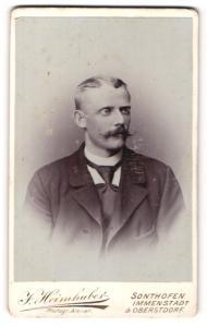 Fotografie J. Heimhuber, Sonthofen, Herr mit Schnurrbart in Anzug mit Krawatte