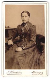 Fotografie J. Heimhuber, Sonthofen, elegante Dame in Nadelstreifenkleid mit Spitze