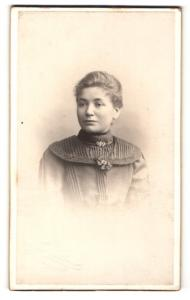 Fotografie H. Weingarten, Essen a / d. Ruhr, Portrait junge Dame im eleganten Kleid mit Kragenbrosche