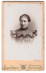 Fotografie Georg Schlipper, Wiesbaden, Portrait junge Dame mit zurückgebundenem Haar im karierten Kleid