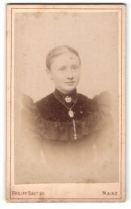 Fotografie Philipp Sautier, Mainz, Portrait junge Dame mit zurückgebundenem Haar u. Halskette