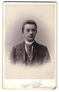 Fotografie Adolf Köster, Hagen i / W., Portrait junger Herr mit Krawatte im Anzug
