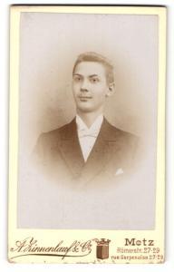 Fotografie A. Zinnenlauf & Co., Metz, Portrait junger Herr mit Fliege im Anzug