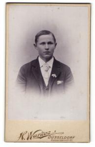 Fotografie H. Warkus, Düsseldorf, Portrait junger Herr mit Krawatte im Anzug