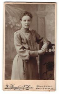 Fotografie W. Spengler-P. Zorn, Königsteele & Wattenscheid, Portrait junge Dame im eleganten Kleid mit Halskette