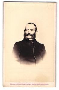 Fotografie Photographische Gesellschaft, Berlin, Portrait bürgerlicher Herr mit Bart in zeitgenössischer Kleidung