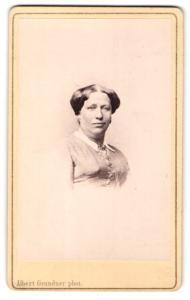 Fotografie Albert Grundner, Berlin, Portrait bürgerliche Dame mit Kragenbrosche u. Ohrringen