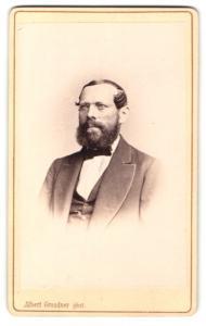 Fotografie Albert Grundner, Berlin, Portrait bürgerlicher Herr mit Vollbart u. Brille