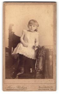 Fotografie Max v. Rüdiger, Berlin-N, Portrait kleines Mädchen im hübschen Kleid auf Stuhl stehend