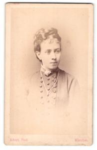 Fotografie J. Albert, München, Portrait junge Dame mit Hochsteckfrisur in hübscher Kleidung