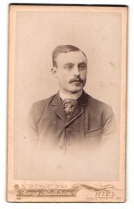 Fotografie Georg Billström, Kiel, Portrait bürgerlicher Herr mit Zwirbelbart in zeitgenössischer Kleidung