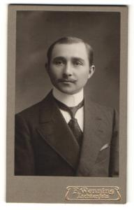 Fotografie F. Wenning, Lichtenfels, Portrait charmanter Herr mit Krawatte im Anzug