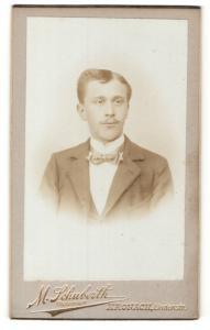 Fotografie M. Schuberth, Kronach, Portrait charmanter Herr mit Fliege im Anzug
