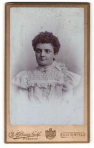 Fotografie Ch. M. Bauer Nachf., Lichtenfels, Portrait junge Dame mit Halskette in hübscher Kleidung