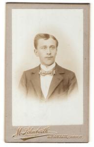 Fotografie M. Schuberth, Kronach, Portrait junger Herr mit Fliege im Anzug