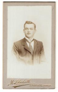 Fotografie M. Schuberth, Kronach, Portrait junger Herr mit Krawatte im Anzug