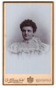 Fotografie Ch. M. Bauer Nachf., Lichtenfels, Portrait junge Dame mit Halskette im hübschen Kleid