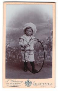 Fotografie F. Wenning, Lichtenfels, Portrait kleiner Junge im Matosenanzug mit Mützenband u. Reifen