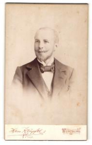 Fotografie Hans Klüpfel, Würzburg, Portrait charmanter Herr mit Bart u. Fliege im Anzug