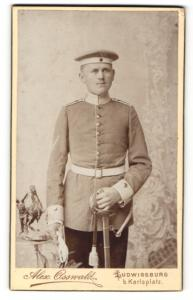 Fotografie Alex Osswald, Ludwigsburg, Portrait Soldat in Uniform mit Handschuhen