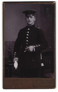 Fotografie Alex Osswald, Ludwigsburg, Portrait Soldat in Uniform mit Schirmmütze u. Handschuhen