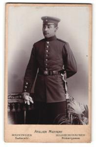 Fotografie Atelier Meffert, Meiningen & Hildburghausen, Portrait Soldat in Uniform mit Schirmmütze u. Handschuhen