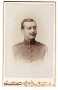Fotografie B. Münchs, Gotha, Portrait Soldat mit Schnauzbart in Uniform