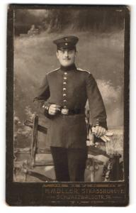 Fotografie H. Müller, Strassburg i / E., Portrait Soldat in Uniform mit Schirmmütze u. Handschuhen