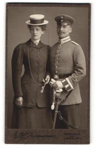 Fotografie E. Bieber, Berlin-W & Hamburg, Portrait Soldat in Uniform mit Schirmmütze u. Frau mit Hut