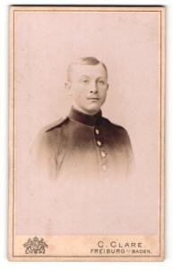 Fotografie C. Clare, Freiburg i / Baden, Portrait Soldat mit Zwirbelbart in Uniform