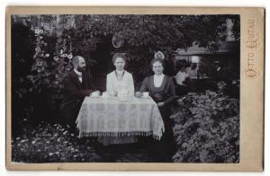 Fotografie Otto Gutau, Berlin-O und Adlershof, Ansicht Berlin, Laubenkolonie auf der grünen Wiese, Familie bei Tee, 1910