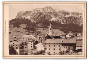 Fotografie Giacinto Ghedina, Cortina d`Ampezzo, Ansicht Cortina, Partie mit Monte Tofana und Hotel Vittoria