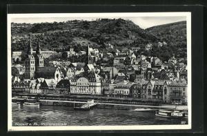 AK Boppard a. Rh., Rheinpromenade mit Schiffen, Häuser, Kirchen und Berge