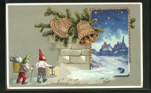 Präge-AK Zwerge mit Korb auf Rücken mit Puppe auf dem Weg zur Stadt im Winter, Glocken
