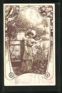 Foto-AK Elegante Dame steht am Gartenzaun, Passepartout