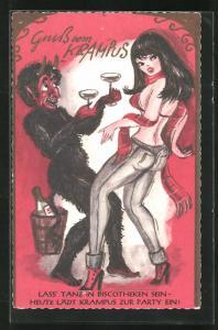 Passepartout-AK Krampus tanzt mit Champagnergläsern mit sexy Frau in enger Hose und BH