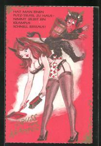 AK Krampus mit Frau in Reizwäsche, Strapse und und Schürze, trägt Teufelshörner und kehrt mit Handfeger und Schaufel
