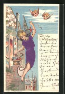 Präge-AK Weihnachtsengel fliegt mit Geschenkekorb an Haus entlang, geflügelte Engelköpfe