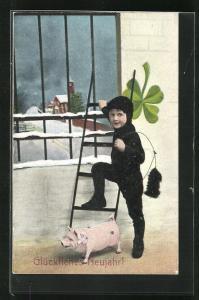 AK Schornsteinfeger Junge mit Schwein, Kleeblatt und ein Fuss auf Leiter vor vergittertem Fenster steigt auf Leiter