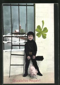 AK Schornsteinfeger Junge mit Feger, Leiter, Schwein und Kleeblatt vor vergittertem Fenster