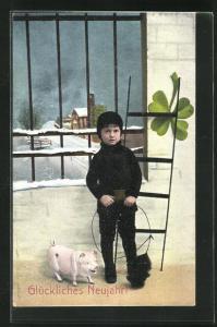 AK Schornsteinfeger Junge mit Schwein und Kleeblatt vor vergittertem Fenster, Neujahrskarte