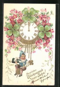 Präge-AK Zwerg hängt an der Uhr und schenkt sich ein Glas Sekt ein, Glückwunsch zum neuen Jahre!