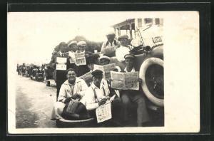 Foto-AK Männer mit Zeitung an einem Lastkraftwagen