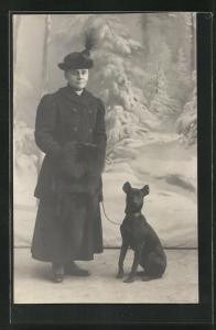 Foto-AK Bürgerliche Dame im Mantel mit Hut u. Hund vor Studiokulisse Winterwald