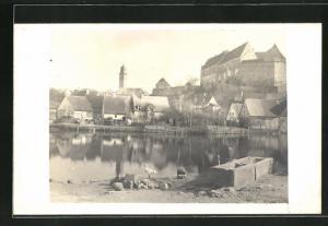 AK Cadolzburg, Blick vom Ufer auf Häuser und Burg mit Wasserspiegelungen
